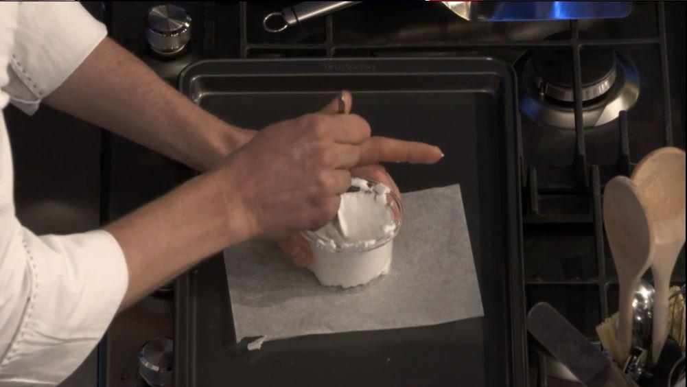 Ricetta nuvola d'uovo: mettiamo metà albume montato a neve nello stampino facendo un incavo al centro