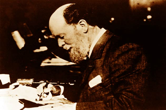 Peter Carl Fabergé nel suo studio agli inizi del 1900