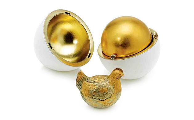 """Il primo uovo Fabergé, """"Uovo con gallina"""", in oro e rubini"""
