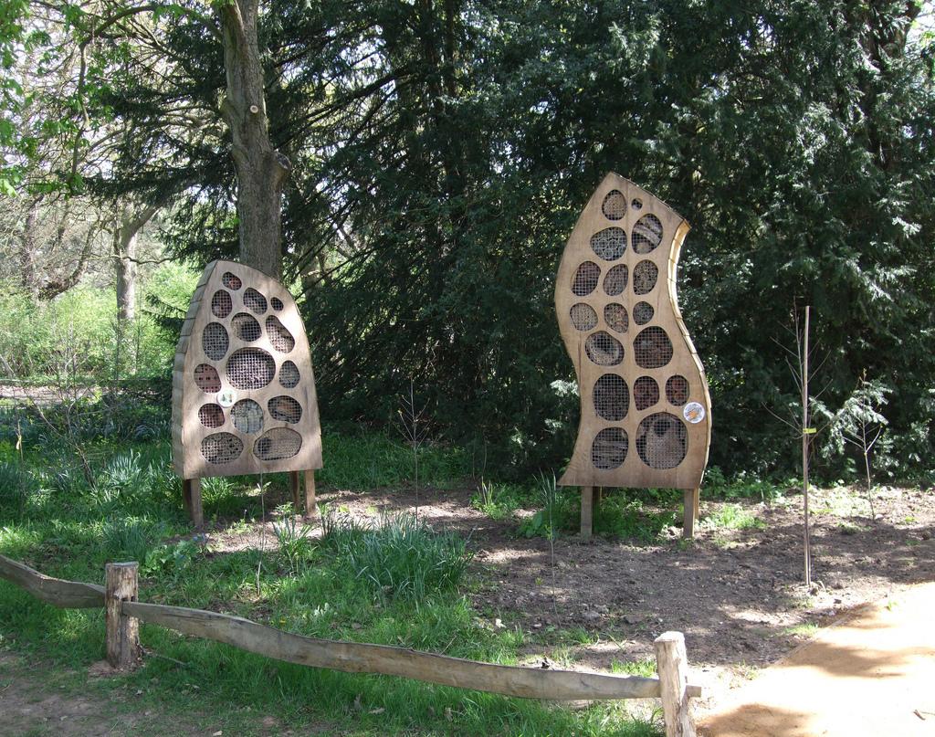 Hotel per insetti su assi di legno modellate