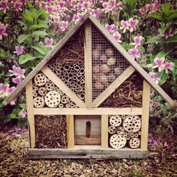 Hotel per insetti a forma di casetta singola