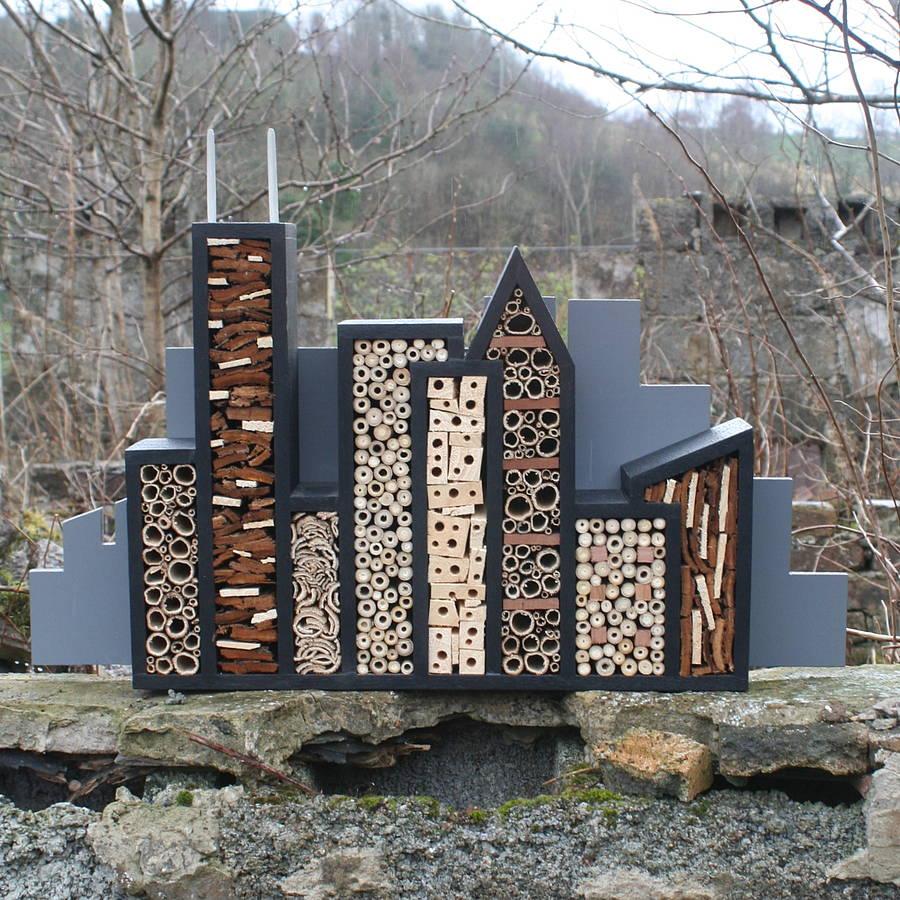Hotel per insetti a forma di piccolo quartiere moderno