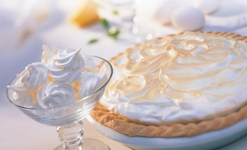 Meringhe classiche bianche e torta di meringhe