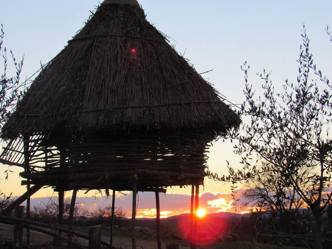 Il pollaio medievale su palafitta al tramonto