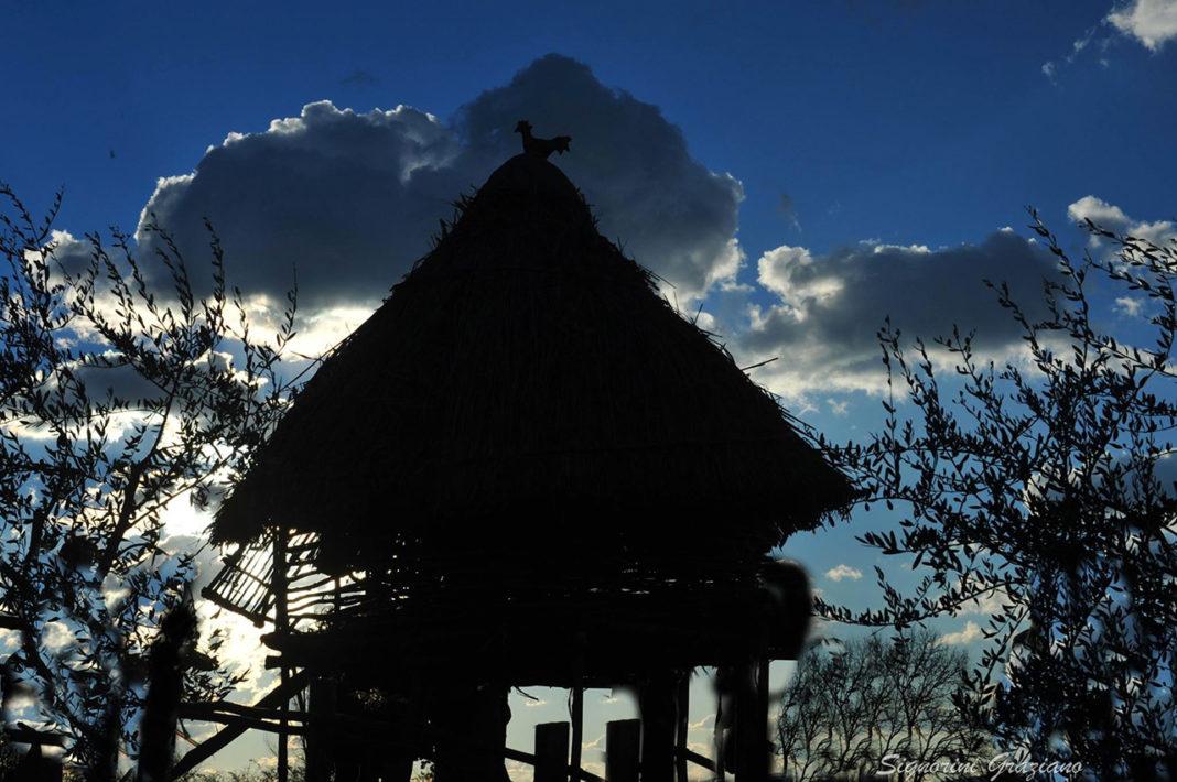 Il pollaio medievale su palafitta al sopraggiungere della notte