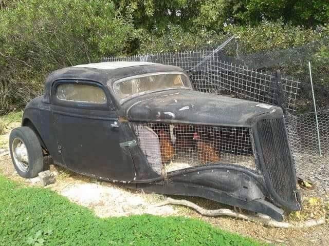 Auto d'epoca con un pollaio al posto del motore