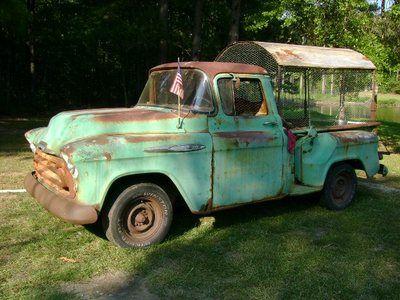 Vecchio furgone adibito a pollaio