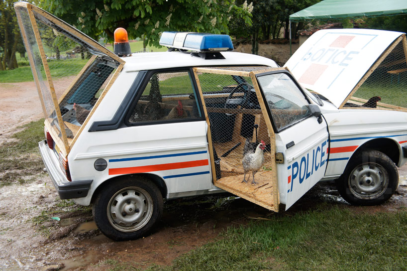 Auto della polizia trasformata in un pollaio per galline