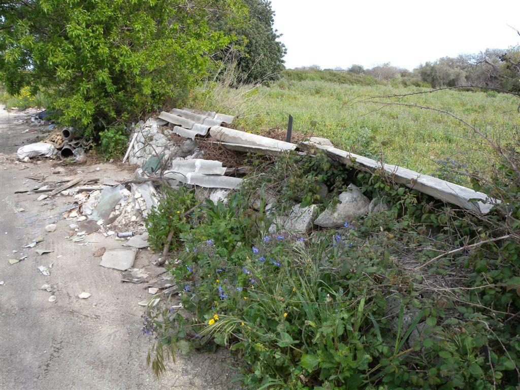Lastre di eternit abbandonate all'aperto con grave rischio per la salute derivante dalle fibre di amianto