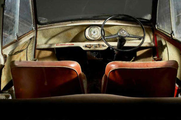L'interno della Austin Mini Se7en De Luxe Saloon del 1959 ritrovata in un pollaio
