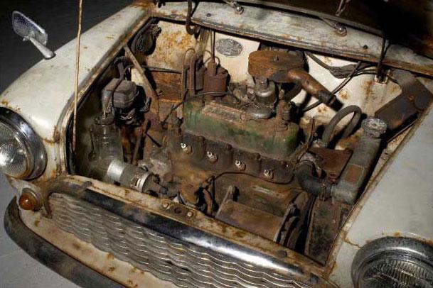 Motore della mini d'epoca del 1959 ritrovata in un pollaio