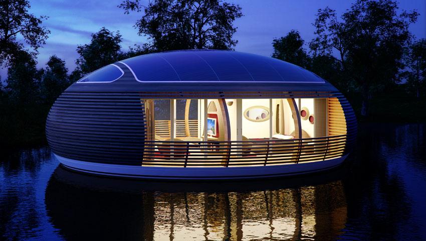 La casa-uovo galleggiante illuminata alla sera