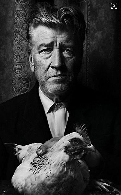 David Lynch ritratto con in braccio una gallina
