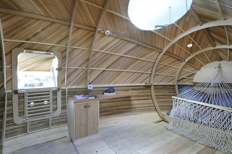 L'interno dell'exbury Egg (mini casa galleggiante a forma di uovo): lo studio e la finestra sul fiume