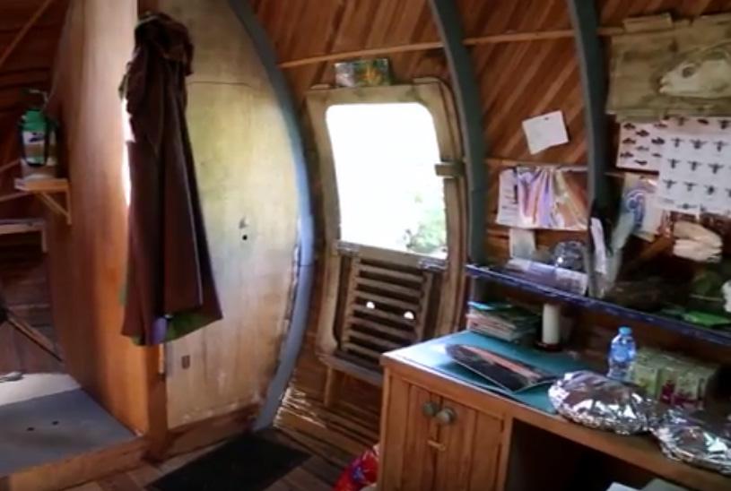 L'interno dell'Exbury Egg (mini casa galleggiante a forma di uovo) dopo l'anno di galleggiamento