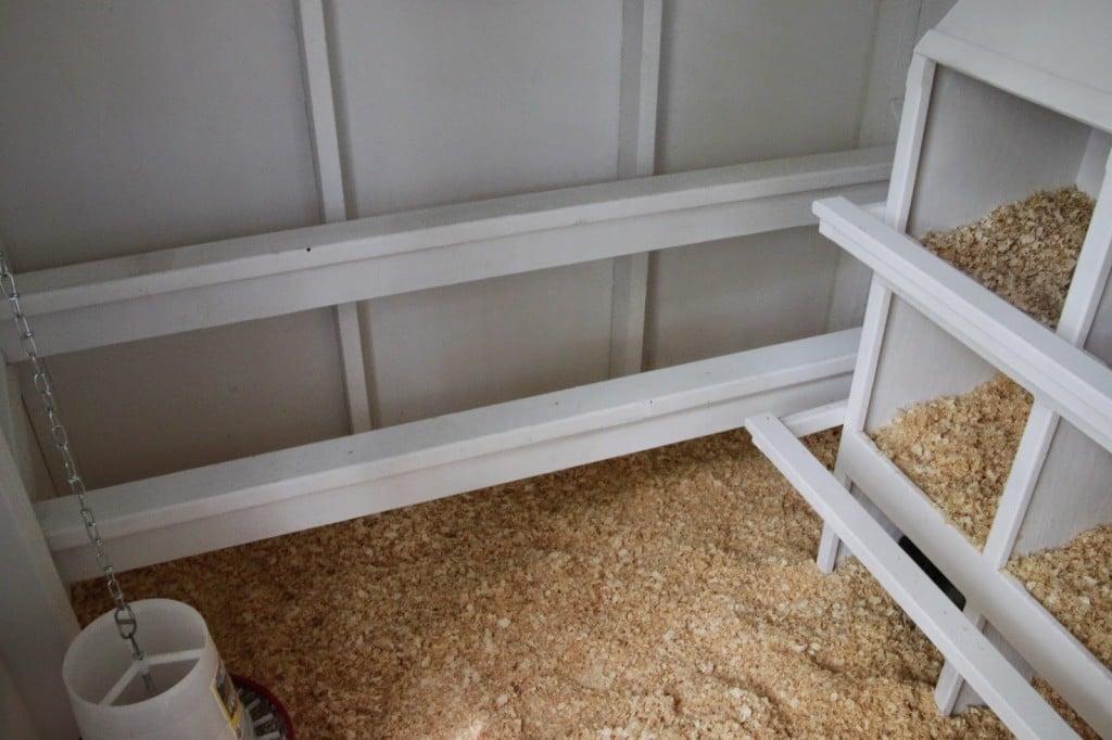 Piccolo pollaio per 12 galline con superficie interna calpestabile e soggetta a deiezioni diurne (lettiera permanente)