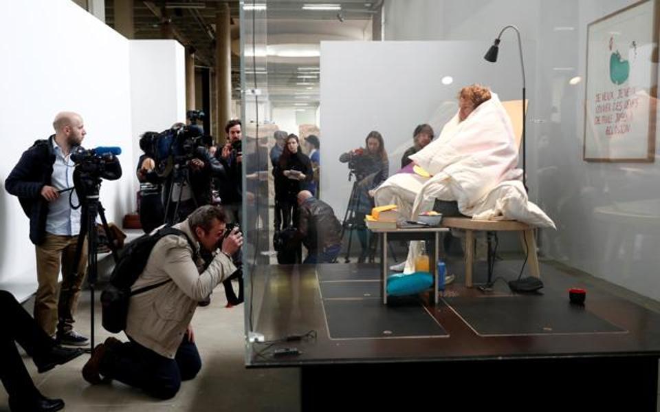 La performance di Abraham Poincheval al Palais de Tokyo di Parigi (Paris Modern Art)