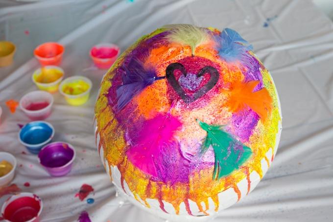 Decorazioni e applicazioni creative sull'uovo di Pasqua di carta