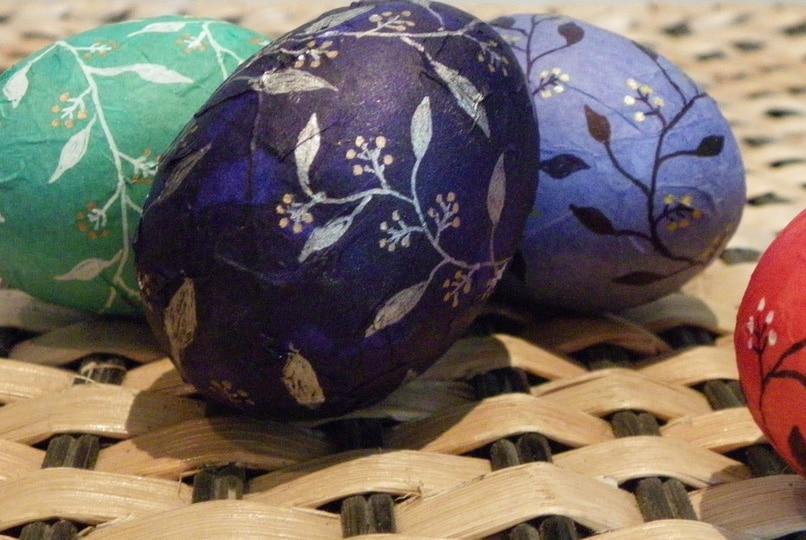Decorazioni dell'uovo di carta con disegni
