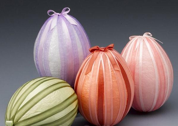Decorazioni dell'uovo di carta con nastri di stoffa