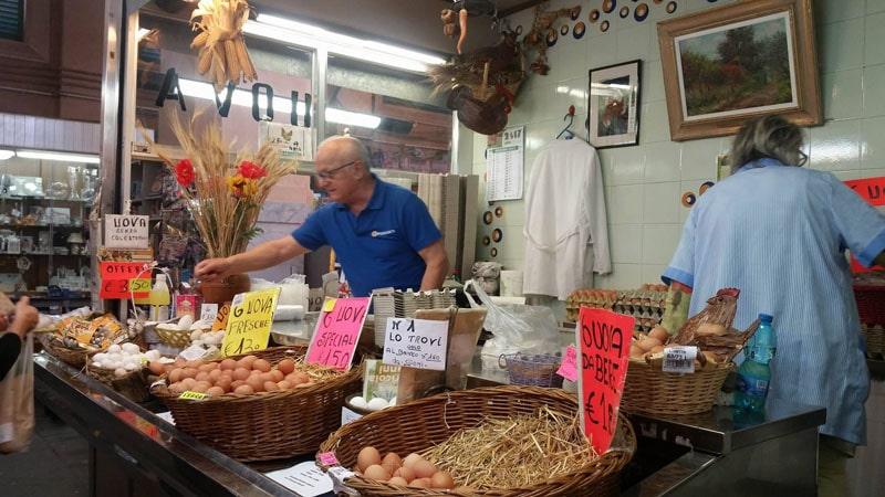 Il signor Donatello Giomi e la moglie nel loro banco di uova fresche sfuse