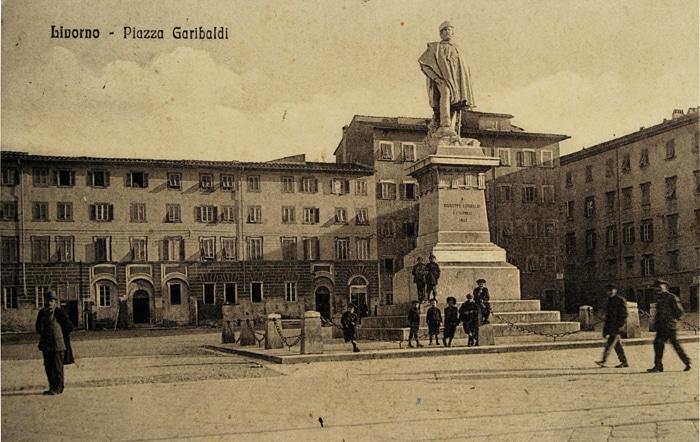 Cartolina della storica Piazza Garibaldi di Livorno (anno 1905 circa).