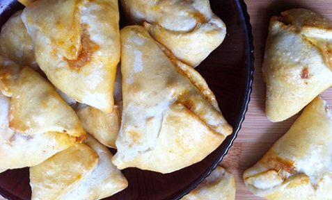 Odierne Samosa (Sambusas) indiane dalla tipica forma triangolare (parenti delle odierne Empanadas)
