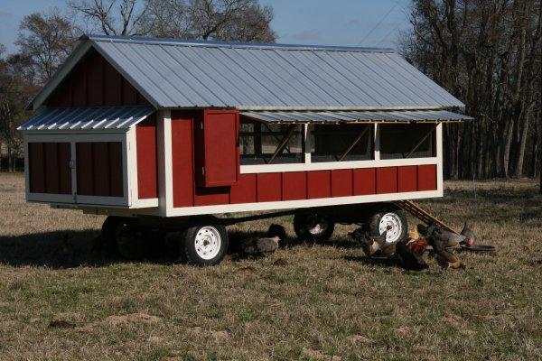 Pollaio mobile (chicken tractor) a villetta verniciato in stile fienile rosso