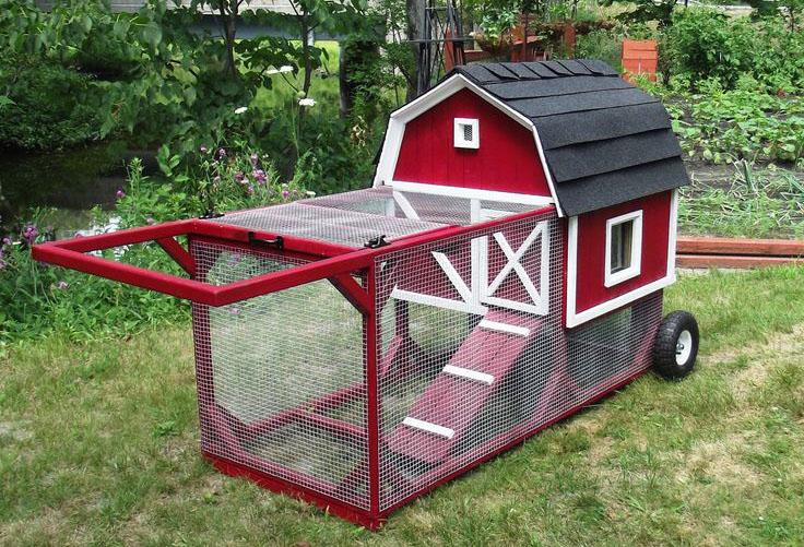 Mini pollaio mobile rosso in perfetto stile fienile (red barn chicken tractor)