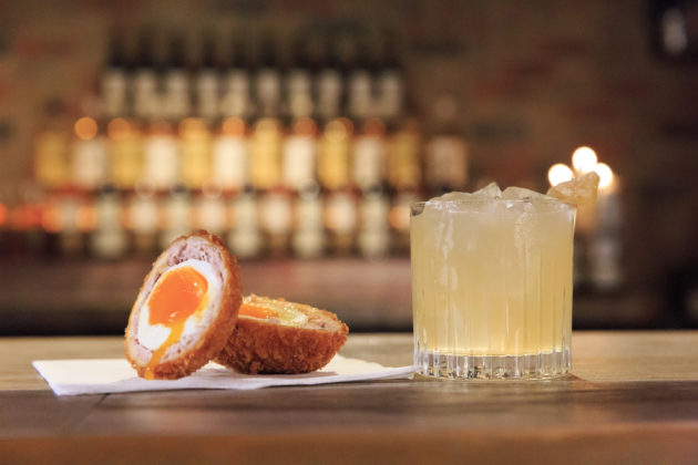 Aperitivo happy hour con Scotch Eggs e drink di accompagnamento