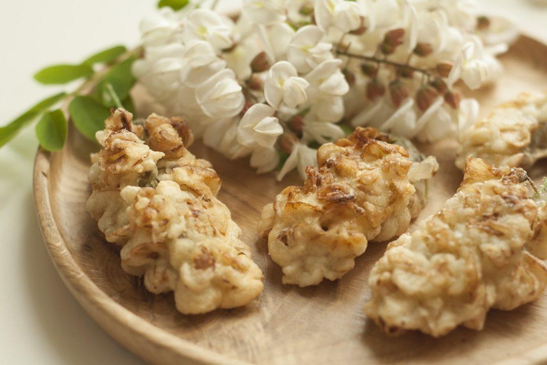 Fiori di acacia fritti da accompagnare alle uova al miele
