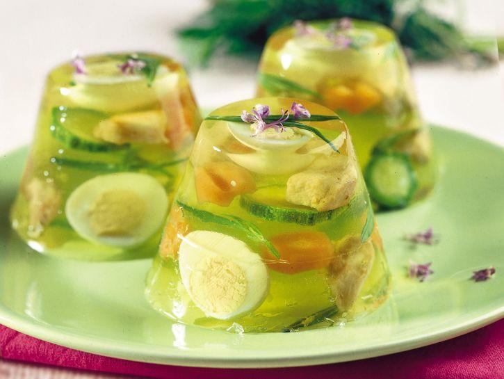 Esempio di aspic salati con uova sode zucchini, carote e cavolfiore sottaceto