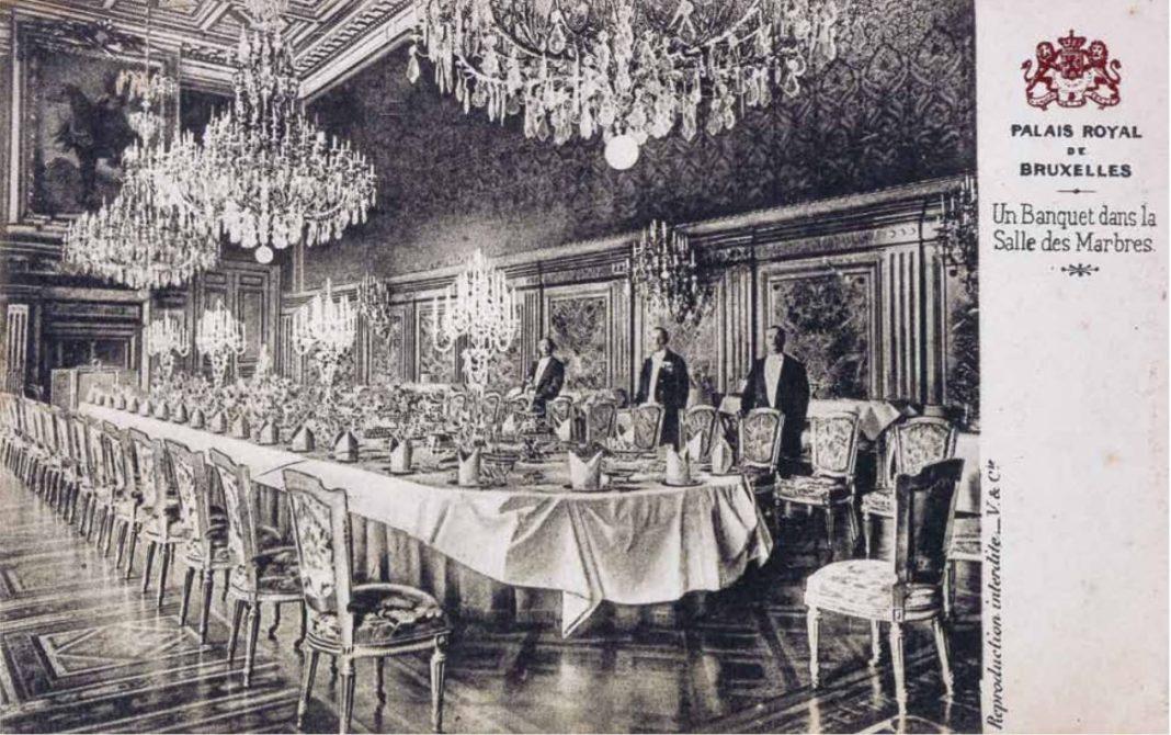 Cartolina postale di una tavola imbandita nella Salle des Marbres du Palais Royal de Bruxelles (1880 circa) in cui l'aspic era immancabile