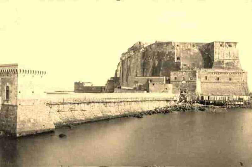 Castel dell'Ovo (Napoli) in un'immagine di fine '800