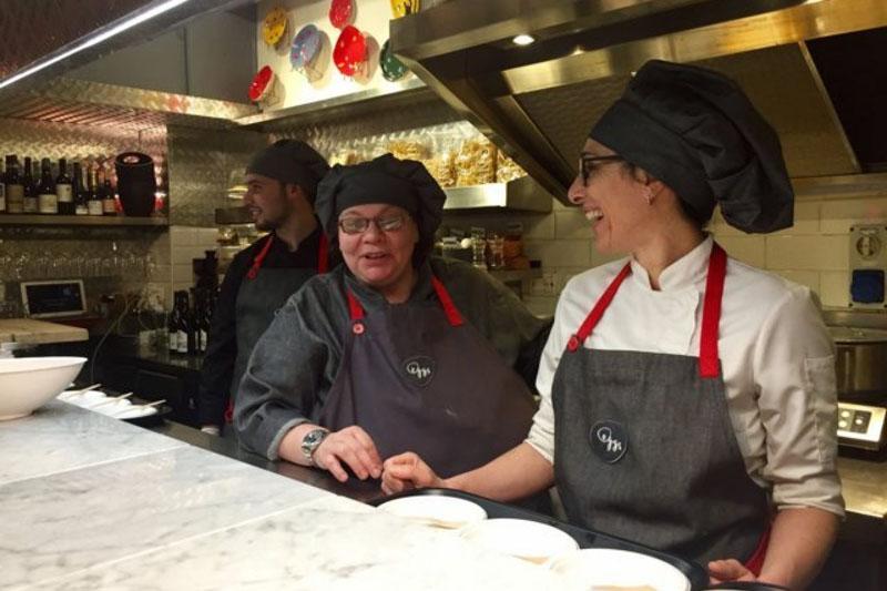 Chef Barbara Agosti e lo staff nel giorno dell'inaugurazione di Eggs