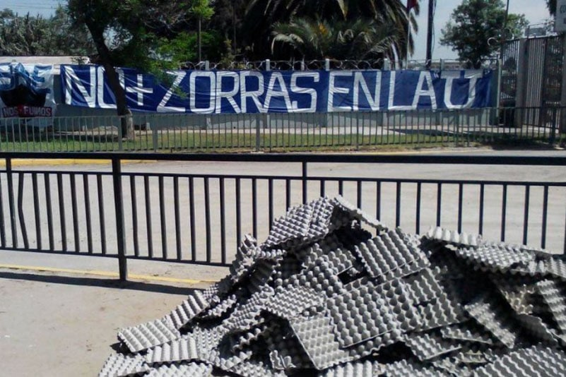 I cartoni delle uova lanciate dai tifosi della 'U' dell'università del Cile contro il CDA (2016)