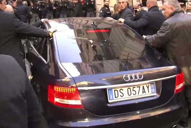 Lancio di uova all'auto di Berlusconi in occasione dell'incontro con Renzi, Roma (2014)