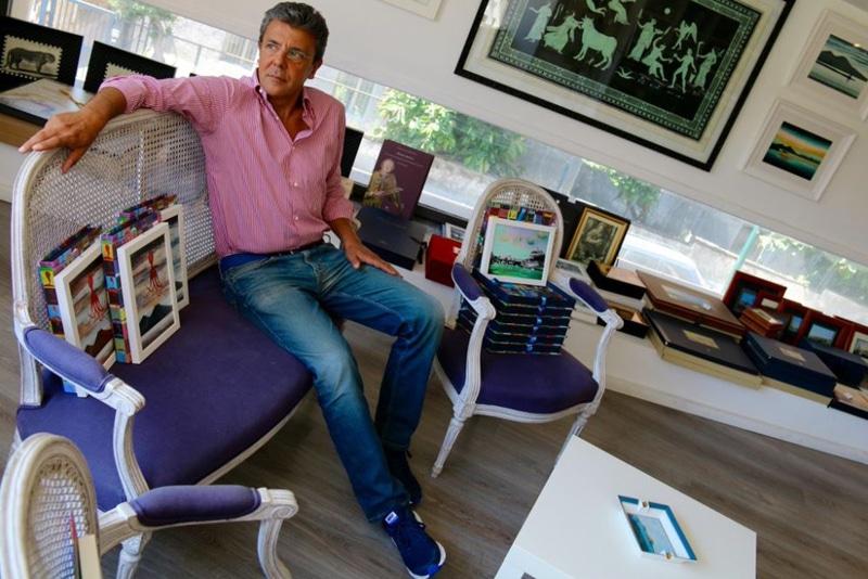 L'artista Gennaro Regina nel suo studio