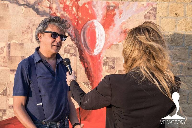 Gennaro Regina durante un'estemporanea della galleria d'arte Voyage Pittoresque Factory di Napoli.