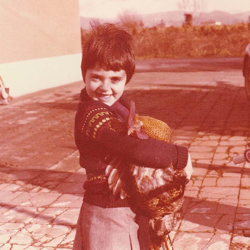 Barbara Sandri e il gallo del pollaio della casa dei nonni di Pistoia (1980 circa)