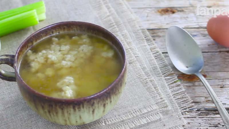 Stracciatella in brodo (minestra di uovo e parmigiano) servita in tazza come entrèe al pasto