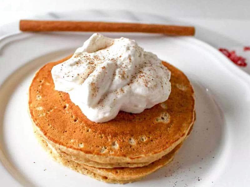 Pancake con panna montata e cannella