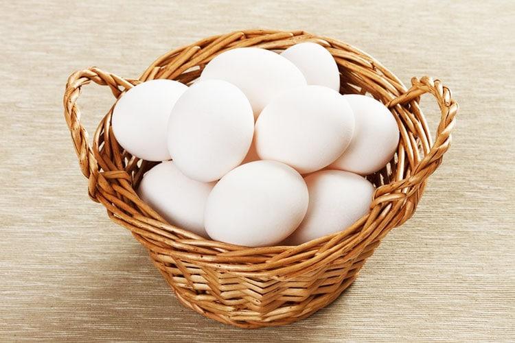 Le uova dal guscio bianco tipiche della gallina Livornese.