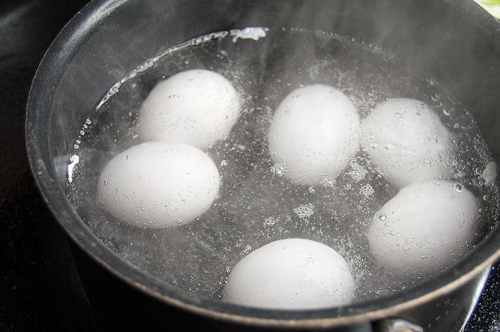Uova sode a caldo durante la fase di bollitura