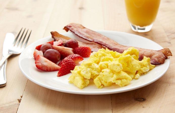 Uova strapazzate e bacon, la colazione classica anglosassone