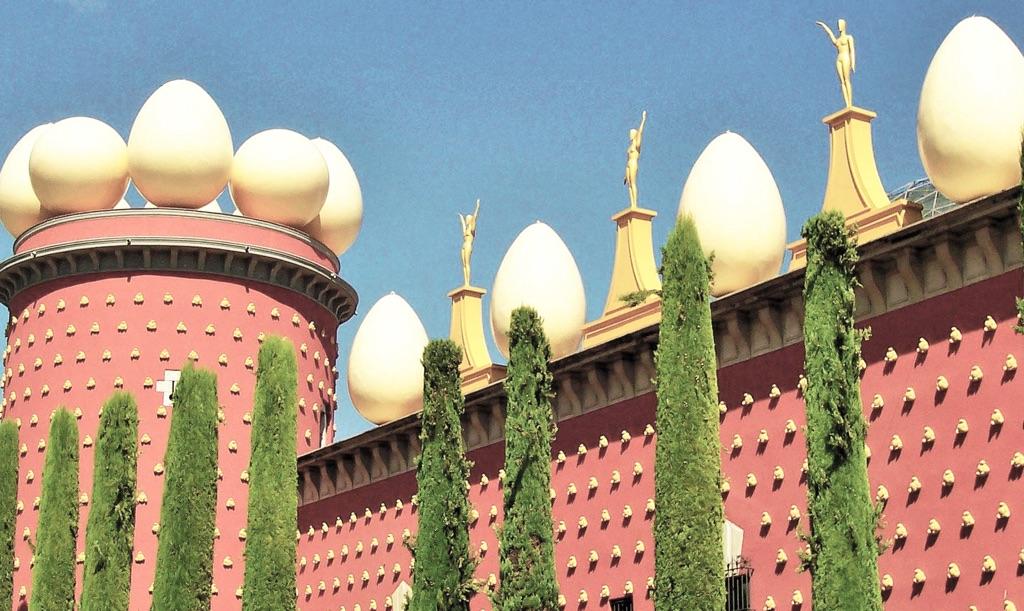 Casa Teatro-Museo di Figueres, con le uova a decorazione del cornicione