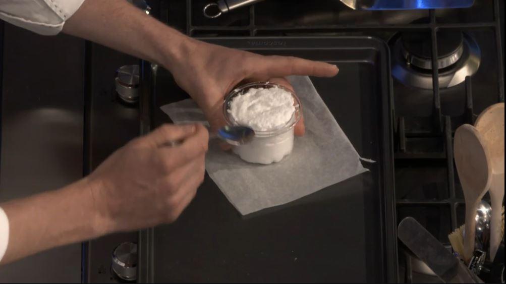 Ricetta nuvola d'uovo: ricopriamo il tuorlo con l'albume montato a neve e livelliamo