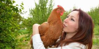 Simona La Vegana con in braccio una delle sue galline | TuttoSulleGalline.it