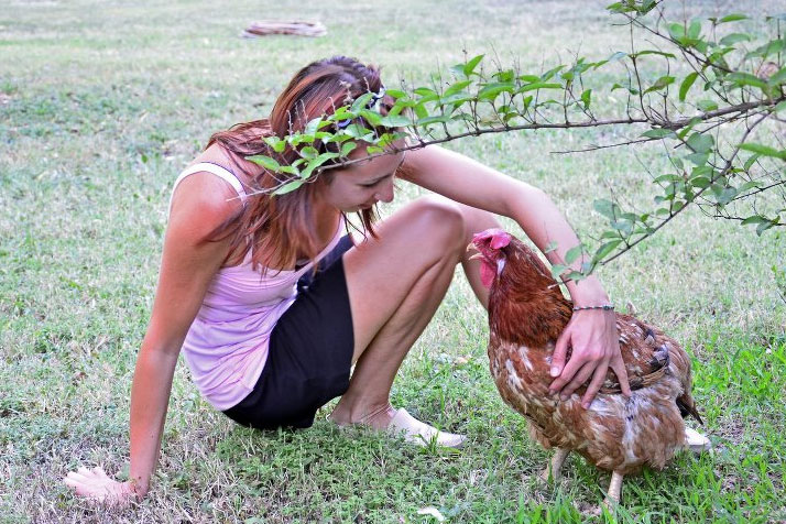 Simona con una delle sue galline | TuttoSulleGalline.it