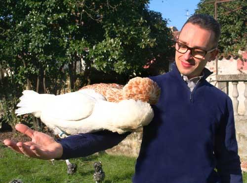 Andrea Pozzato con uno splendido esemplare di gallina Padovana dal gran ciuffo